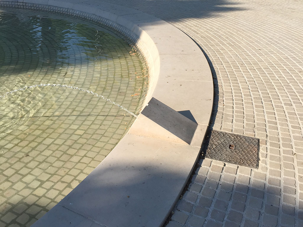 Bassin et fontaine en pierre naturelle à Albi