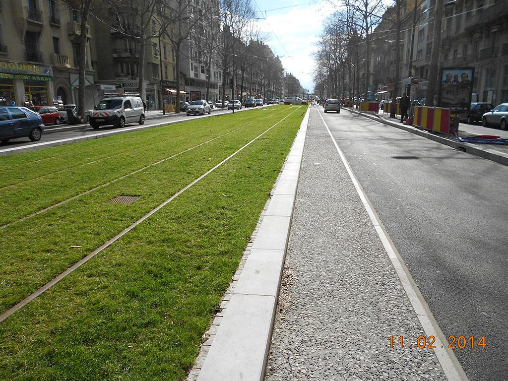 Bordures de tramway de Grenoble en pierre de Comblanchien