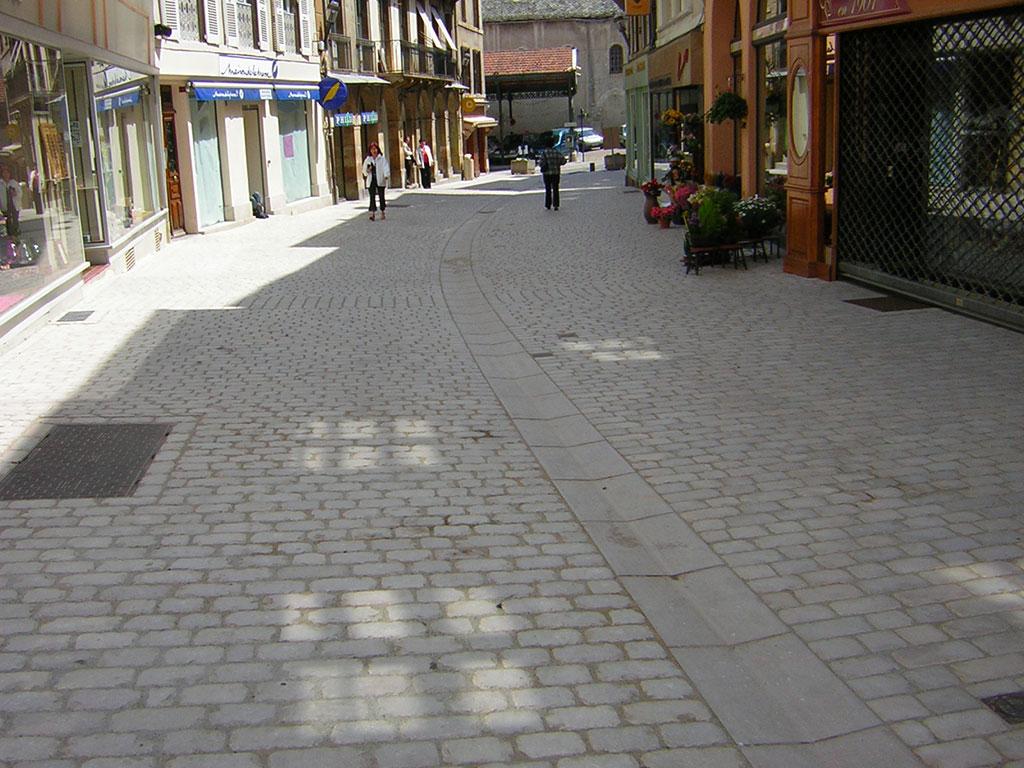 Centre ville de Mende pavage et caniveau en pierre naturelle