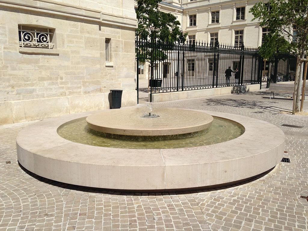Fontaine en pierre naturelle centre ville de poitiers