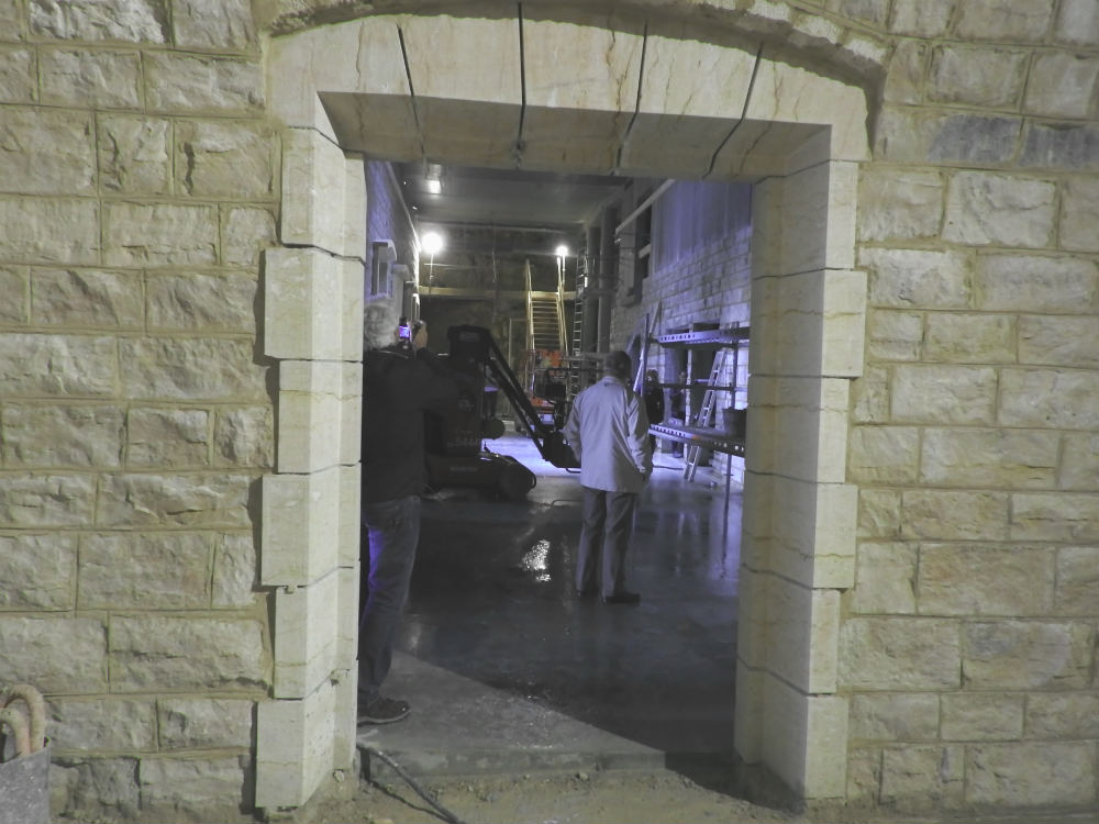 Encadrement de porte en pierre de corton