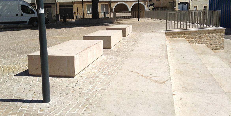 Bancs en pierre massive à Poitiers (86)