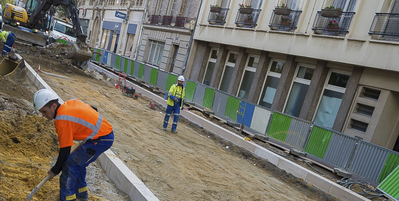 Pose de bordures sur le chantier de Vincennes (94)