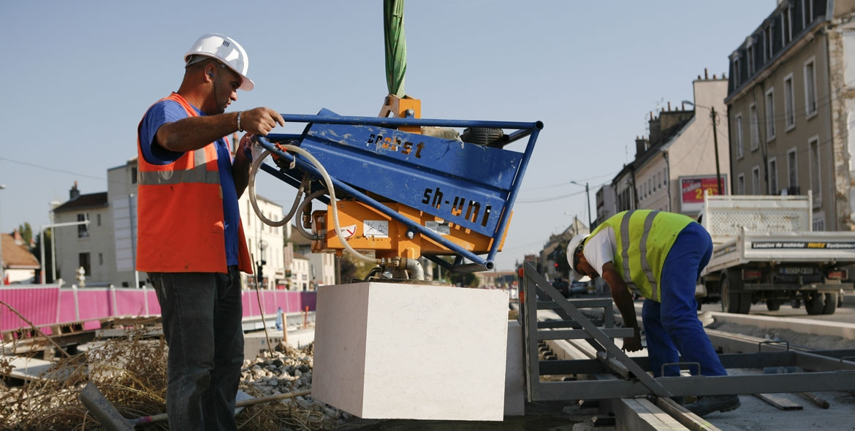Mise en place des bordures de stations de tramway à Dijon (21)